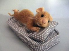 Filzmaus, needle felted mouse by Fildo designFound this adorable mouse but I don't know who made it.Sweet little mouse. Needle Felted Animals, Felt Animals, Baby Animals, Funny Animals, Cute Animals, Wet Felting, Needle Felting, Felt Mouse, Cute Mouse
