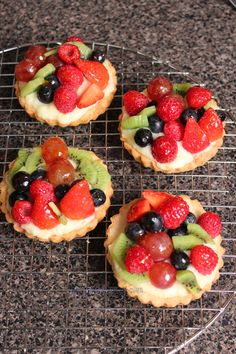The video consists of 23 Christmas craft ideas. Köstliche Desserts, Delicious Desserts, Dessert Recipes, Yummy Food, Yummy Pasta Recipes, Tart Recipes, Cooking Recipes, Flamingo Party, Fruit Tart