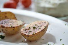Blecherdäpfel sind eine einfache sowie schmackhafte Beilage. Das Rezept kann auch mit Dip-Sauce als Snack serviert werden.