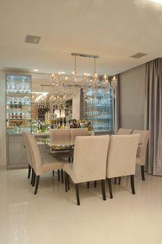 sala de jantar com cristaleira