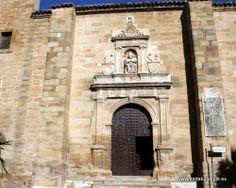 La iglesia de San Pedro Apóstol es una joya arquitectónica del renacimiento con claras influencias de Francisco del Castillo <>, Andrés de Vandelvira y Alonso Barba, y que, pese a las muchas reformas que ha sufrido a lo largo de los siglos, conserva, según el Profesor Galera Andreu, el gusto de finales del siglo XVI