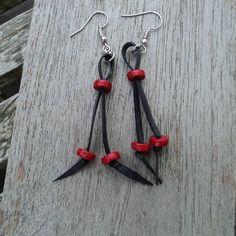 Boucles d'oreille en chambre à air recyclée et perles plates rouges