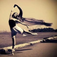 #FF #FollowFriday @heatherogden #PrincipalDancer #NationalBalletOfCanada @nationalballet of #Canada makes the #Vancover #BC #coast look that much prettier! #Dancephotography by #TarzanDan dan@tdfoto.ca www.TDFoto.ca  @realtarzandan  #balletdancer #Ballerina #enpointe #pointeshoes #mypointemoment @pointemagazineofficial  #ballerinasofig #danceonig #instagram4dancers #instagood #dancersamongus #ballerinaproject by tarzandan