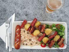 """Oktoberfest vartaassa - """"Vaikka varsinainen Oktoberfest Saksassa jo oli ja meni syys-lokakuun vaihteessa, sitä voi jatkaa vielä vaikka koko lokakuun nauttimalla makkaraa, perunasalaattia, pretzeleitä ja hapankaalia hyvien ystävien seurassa."""" (Epätrendikäs ruokablogi) #hapis #hapankaali #hapiskimchi #rasilainen #rasilaisenhapankaali Sausage, Meat, Oktoberfest, Sausages, Chinese Sausage"""