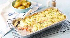 Gratinert ørret med blomkål Denne oppskriften med ørret blir garantert en hit på middagsbordet, både hos de store og de små. Mens gratengen står i stekeovnen, dekkes bordet. 600 g ørretfilet (uten skinn og bein)1 stk blomkål1 stk løk1 fedd hvitløk2 ss smør1,5 ss hvetemel4 dl helmelk150 g ost (revet)2 ss