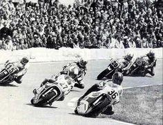 500cc: Piet vd Wal (#36) aan de leiding van een prachtige groep rijders: Graziano Rossi (#27), Max Wiener (#15), John Woodley, John Williams (#20) en Marco Lucchinelli (#11).