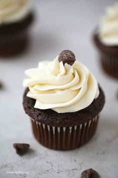 The BEST Chocolate Cupcakes Ever! – I Heart Naptime The BEST chocolate cupcakes ever! They are super soft, rich and topped with a lush buttercream frosting! You won't believe how easy these chocolate cupcakes are to make. Just Desserts, Delicious Desserts, Dessert Recipes, Yummy Food, Food Cakes, Mini Cakes, Cupcake Cakes, Cup Cakes, Yummy Treats