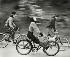 """The Bicyclers"", en la lente de Hermann Landshoff. Publicado en ""Junior Bazaar"", agosto 1946."