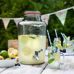 Der Getränkespender, an dem sich Ihre Gäste an selbstgemachter Limonade oder leckerer Obst-Bowle selbst bedienen können, stößt garantiert auf Begeisterung. Dieser imposante Glaskrug mit Plastik-Zapfhahn im Edelstahllook bereichert jedes...