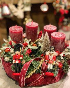 Christmas Flower Decorations, Christmas Advent Wreath, Xmas Wreaths, Christmas Tree Themes, Christmas Centerpieces, Christmas Design, Christmas Lights, Minimal Christmas, Simple Christmas
