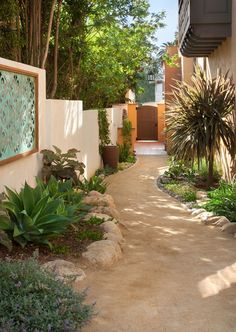 Graceful side yard, evoking the simpler days of the hacienda style. By Grace Design Associates Inc.
