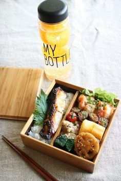 Japanese Bento Boxed Lunch 鯛の西京焼き弁当 (let's try circle shape) Sac Lunch, Bento Box Lunch, Bento Recipes, Healthy Recipes, Bento Ideas, Lunch Ideas, Japanese Dishes, Japanese Lunch Box, Japanese Food