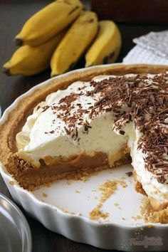 Banoffee Pie (Torta de Banana com Doce de Leite) Banana + Milk Candy + Whipped Cream = Affection! Banoffee Pie or Banana Pie with Dulce de leche will surprise you for its simplicity and taste ! Banoffee Pie, Tart Recipes, Sweet Recipes, Dessert Recipes, Banana Pie, Delicious Desserts, Yummy Food, Sweet Pie, Sweet Cakes