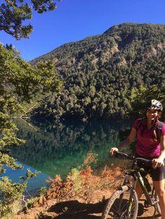 ¿Y si hacemos el camino de los 7 lagos en bicicleta? Me dice mi hermano a fines de Enero. La idea me encantó! La ruta de los siete lagos une Villa la Angostura con San Leer más… Virtual Tour, Tours, Mountains, Nature, Villa, Travel, Lakes, World, Drive Way