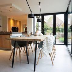 Binnenkijken bij wonenbydjo How To Cook Liver, Perriand, Luminaire Design, Interior Styling, Ramen, Sweet Home, Dining Table, Lights, Furniture