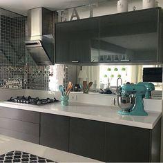 Cozinha, destaque para as pastilhas metalizadas + espelho, que valorizou a marcenaria cinza. Projeto by @moniserosaarquitetura
