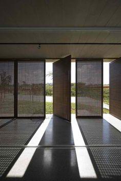 Fotografia e Arquitetura: Maíra Acayaba, Alphaville - Aum Arquitetos © Maíra Acayaba Architecture Design, Light In Architecture, Shadow Architecture, Pivot Doors, Screen Doors, Sliding Doors, Door Design, Screen Design, Window Design