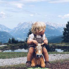 Warum fahren wir eigentlich im Sommer von der (fast) Küste in den Süden in die Berge? Weil es so herrlich entspannend ist! Und überall richtig schön. Ehrlich. Ich glaube, in den Österreichischen Bergen ist es schwer ein nicht so schönes Plätzchen zu finden. Häuser, Blumen, Berge. Dazu fast alles kinderfreundlich, an jeder Hütte ein Spielplatz und meist ein bis viele Tiere zum Streicheln. Also das Rund-um-sorglos-Paket für Eltern. Zudem kann.. Read More