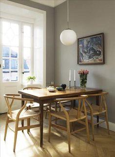 Bordet från Ebbas föräldrahem skulle slängas, men fick nytt liv när Ebba sandpapprade bort den gamla lacken. Wegners y-stolar är både nyköp och arvegods. Tavla av Tor Hörlin.