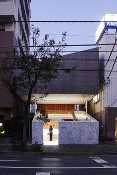 Japanese House Built Over a Pastry Shop by Yuko Nagayama Japan Architecture, Beautiful Architecture, Contemporary Architecture, Interior Architecture, Interior And Exterior, Interior Design, Showroom Design, House Built, Japanese House