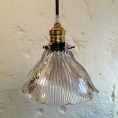 Lampe suspension luminaire abat jour ancien en verre prismatique moulé type holophane... http://www.lanouvelleraffinerie.com/1241-lampe-suspension-luminaire-abat-jour-ancien-en-verre-prismatique-moule-type-holophane.html