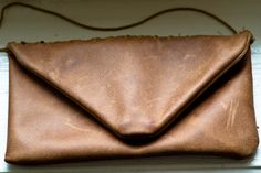 Clutch aus Ledersofabezug / Clutch made of couch leather Leather Scraps, Diy Blog, Leather Sofa, Diy Clothes, Handicraft, Sewing Projects, Clutch, Purses, Bags