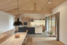 Drewniana kuchnia, nowoczesna kuchnia, drewniane meble kuchenne, jasne drewno, kuchnia z jadalnią, bele na suficie. https://www.homify.pl/katalogi-inspiracji/15245/trendy-drewno-w-roli-glownej