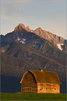 ♥The mountains in the background give this barn a dramatic backdrop.