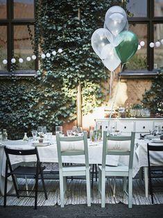 Alsof Alice in Wonderland aan tafel schuift. Maak een speelse opstelling met verschillende tafels, stoelen en plaats ze in een lange setting. | #STUDIObyIKEA #IKEA #IKEAnl #bruiloft #styling #balonnen #tafels #stoelen #speels