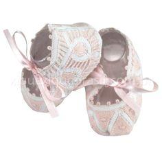 Sapatinho em renda Renascença nas cores rosa e branco.  Amarração por laço de fita de cetim na cor rosa.
