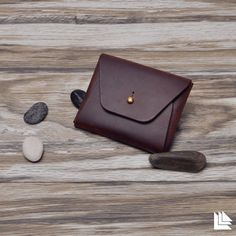And another nice leather card holder. This item would work for living history kits, because its design, construction and materials are so simple. Handmade Leather Wallet, Leather Gifts, Leather Card Case, Leather Craft, Men's Leather, Small Leather Bag, Leather Pieces, Photography Bags, Leather Wallets