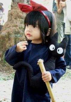 Kiki's delivery cosplay...so cute!! And it has Jiji!. Just watched this the other day made me so happy to see this little girl!