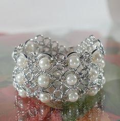 RESERVERT! Cuff-armbånd med hvite glassperler