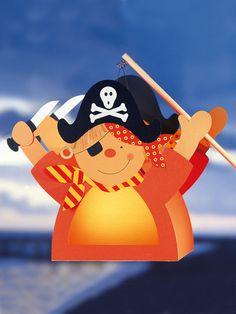 Ai, Ai Matrosen. Diese Laterne in Piratenform ist nichts für Landratten. Wir zeigen wie Sie die Laterne für Sankt Martin basteln können.
