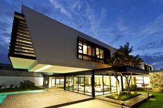 Designed by Carrillo Arquitectos y Asociados, the Temozón House was built in 2013 in Yucatan, Mexico. Flaunting a distinct contemporary design that Cantilever Architecture, Architecture Résidentielle, Contemporary Architecture, Contemporary Homes, Minimalist Japan, Fachada Colonial, Design Exterior, Design Moderne, Modern House Design