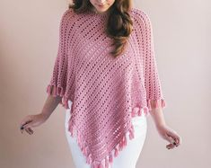 Ava Fringed Poncho Crochet pattern by Ashleigh Kiser Ava Fringed Poncho – Gorgeous easy crochet pattern for beginners perfect for spr… The Ava Fringed Poncho is the perfect topper to any outfit. This Ava poncho has really easy construction - you only Pull Crochet, Crochet Fringe, Free Crochet, Knit Crochet, Crochet Hats, Beginner Crochet, Crochet Shrugs, Patron Crochet, Ravelry Crochet