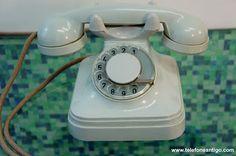 """Standard Electric (chifrudinho) brancoAparelho telefônico Standard Electric em baquelite branco. Foi uma versão bem limitada do aparelho anterior preto. Considerado """"mosca branca"""", dada a sua raridade, edição limitada. Segundo depoimentos de pessoas que viveram na época, esta versão era mais vista em mansões e em gabinetes de importantes empresas, apartamentos de hotéis e flats de luxo."""