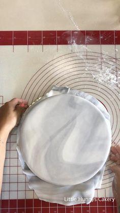 Easy Fondant Recipe, Homemade Fondant, Fondant Cake Tutorial, Fondant Tips, Cake Decorating Designs, Cake Decorating With Fondant, Cake Decorating Techniques, Cake Decorating Tutorials, White Fondant Cake