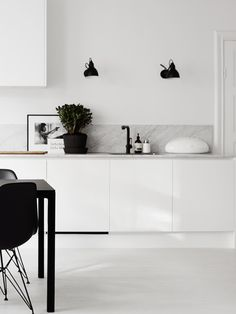 Most current Screen white kitchen marble Thoughts Finding a beautiful all-white your kitchen style could look simple, but it is not. Kitchen Inspirations, Scandinavian Kitchen, Home Kitchens, Kitchen Surfaces, Kitchen Artwork, Interior, Kitchen Marble, Kitchen Design, Kitchen Dining Room