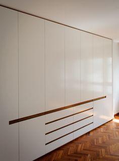 Busca imágenes de Dormitorios de estilo moderno: REFORMA DE PISO EN A CORUÑA 02. Encuentra las mejores fotos para inspirarte y crea tu hogar perfecto. #dormitorio