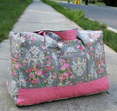 Sewing Bags When you love traveling, this Duffel Bag should be included in your next sewing project! The travel duffel bag sewing pattern can be found here: Duffle Bag Patterns, Bag Patterns To Sew, Sewing Patterns Free, Pattern Sewing, Crochet Pattern, Free Sewing, Vera Bradley, Diy Duffle Bag, Weekender Bags
