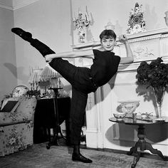 Audrey Hepburn doing ballet - so graceful Katharine Hepburn, Style Audrey Hepburn, Audrey Hepburn Photos, Audrey Hepburn Ballet, Aubrey Hepburn, Marilyn Monroe, Stana Katic, Hollywood Glamour, Old Hollywood