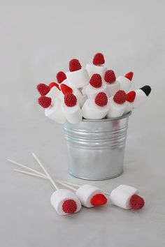 Cómo hacer centros de chuches para decorar una mesa Baby Party, Baby Shower Parties, Bar A Bonbon, Marshmallow Pops, Candy Bouquet, Ideas Para Fiestas, Candy Table, Cake Pops, Kids Meals