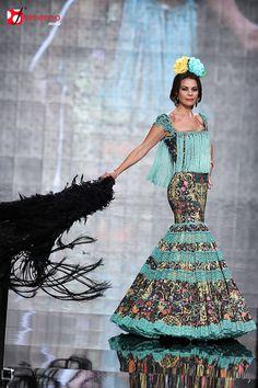 Todo Ideas en vestido de flamenca turquesa Flamenco Costume, Flamenco Dancers, Flamenco Dresses, Spanish Fashion, Muumuu, Unique Dresses, Fishtail, Masquerade, Dress Up