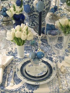 Lovely blue and white Easter table. Would tone down s bit but love the white tulips with antique blue and white china and accessories. Dresser La Table, Beautiful Table Settings, Blue And White China, Love Blue, Decoration Table, Easter Table Decorations, White Decor, Tablescapes, Christmas Wreaths