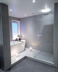 Połączenie prysznica z wanną w łazience z oknem - #łazience #oknem #Połączenie #prysznica #salledebain #wanna