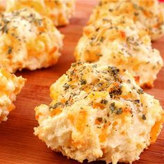 Garlic Cheddar Biscuits (a la Red Lobster). Unbelievably simple to make at home!