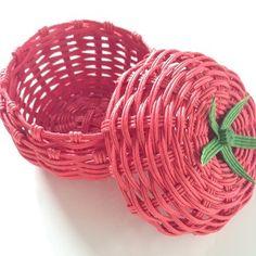 ミディアムとまとの小物入れ*クラフトバンド Newspaper Basket, Newspaper Crafts, Craft Bags, Yarn Crafts, Basket Weaving, Tatting, Recycling, Projects To Try, Miniatures