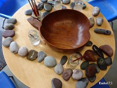 A simple & fun activity for the Early Years with stones & water - great for fine motor skills. Play Based Learning, Learning Centers, Early Learning, Reggio Classroom, Outdoor Classroom, Classroom Setup, Preschool Education, Preschool Science, Preschool Ideas