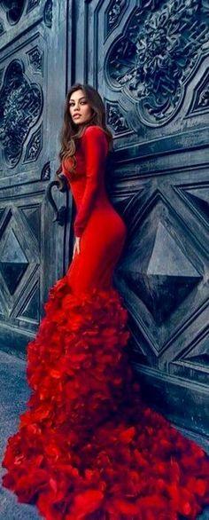 Não são as roupas que fazem uma mulher ser sexy. O que faz uma mulher ser poderosa e sensual é seu jeito de ser, sua atitude.  www.noticiasdemoda.com.br